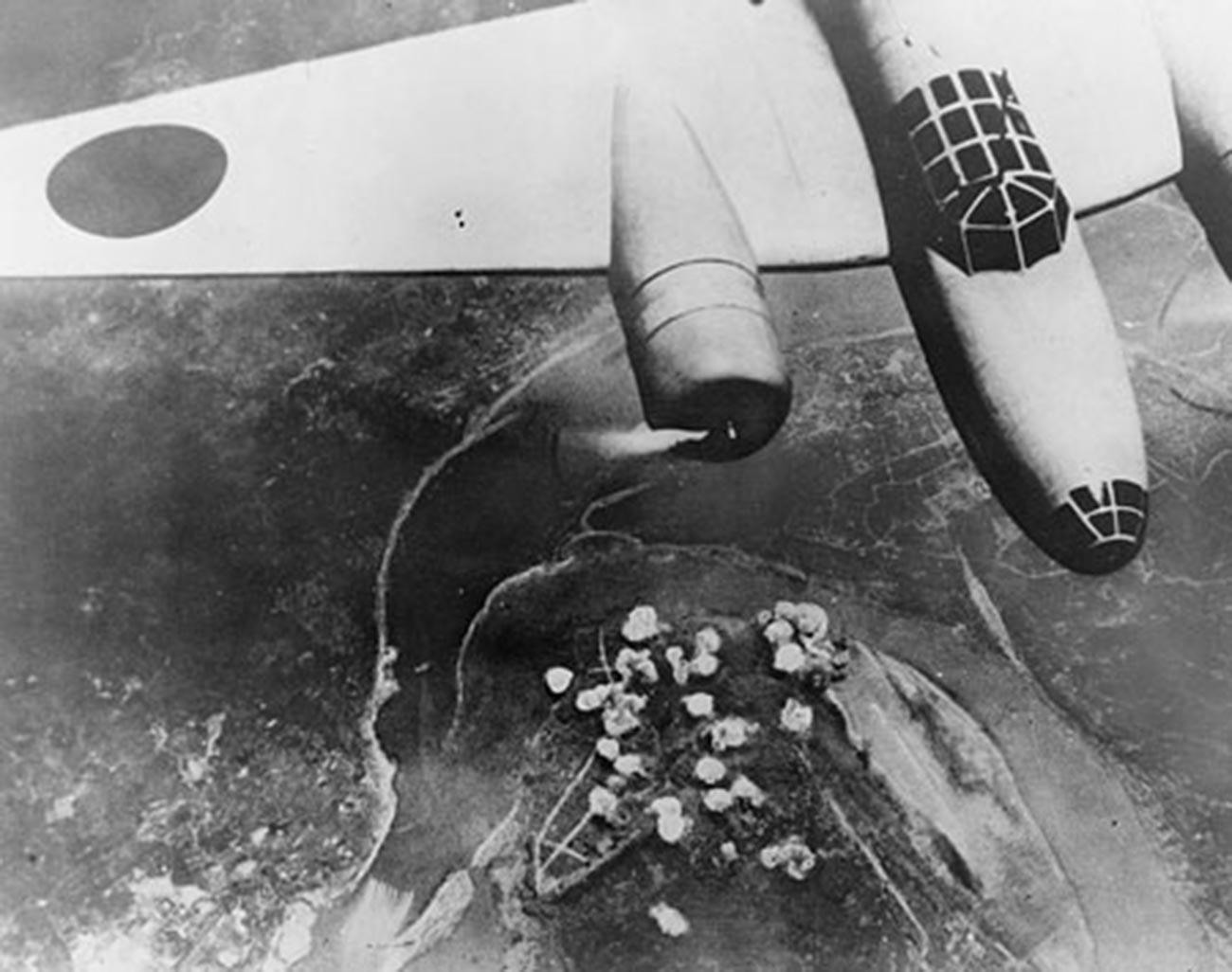 Japonski bombnik nad kitajskim mestom