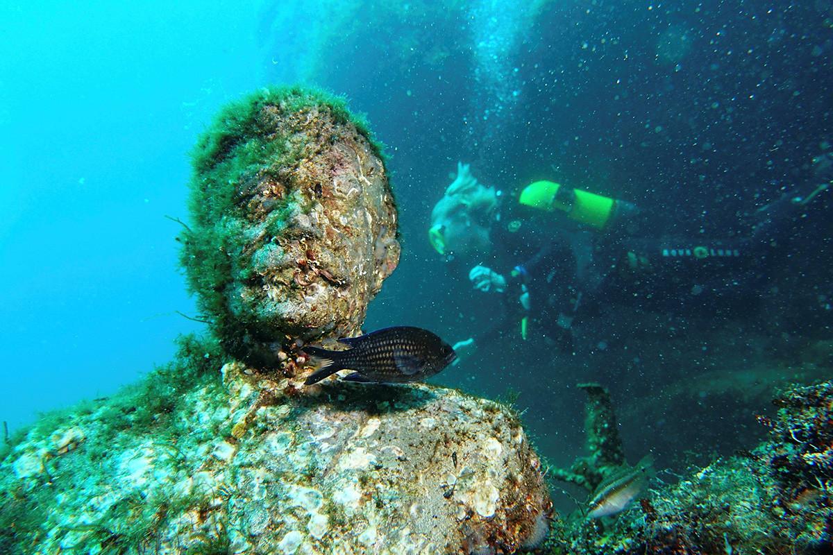 有名な人々の像は、波の下のアーチで分割された「ホール」と呼ばれるところにある。