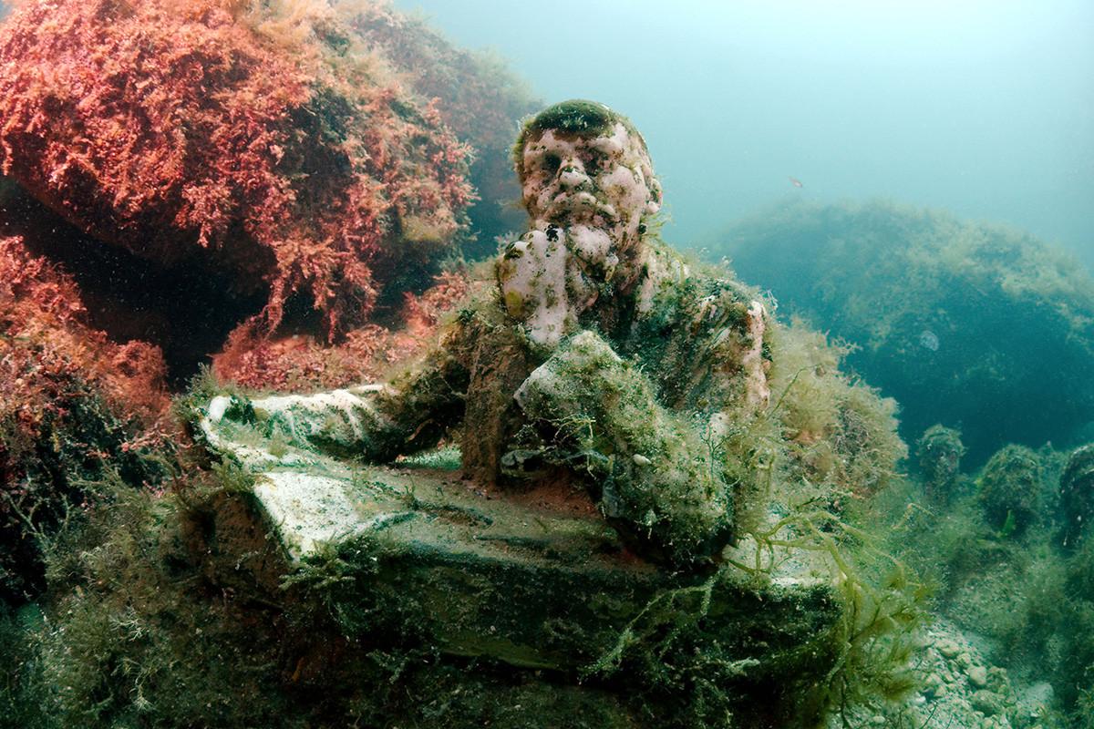 クリミア半島のタルハンクト岬から100㍍の沖合、黒海の海底に、変わった博物館がある。
