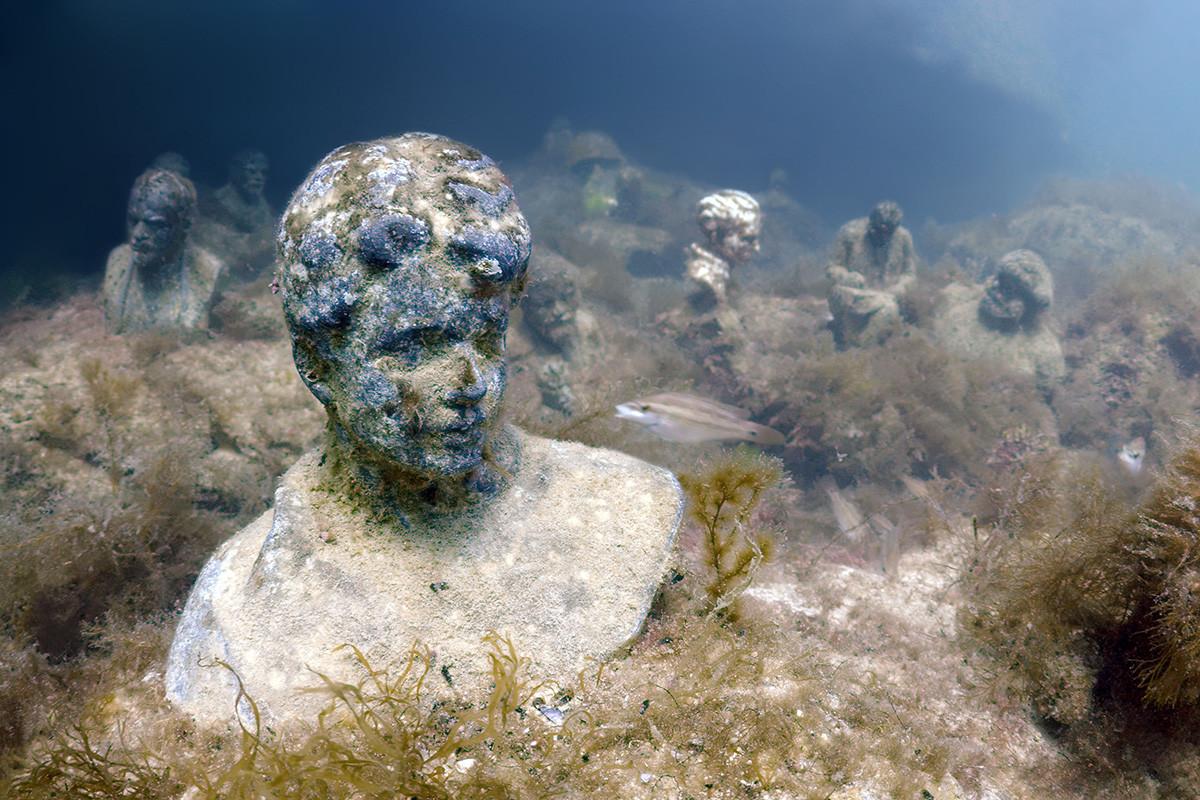 ソ連が崩壊した後、共産主義の指導者と革命家の像の多くは撤去された。/ロシアの詩人セルゲイ・エセーニン