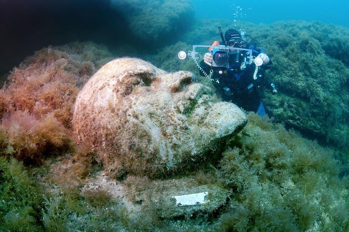 博物館には数十の展示物がある。像たちと魚たちの間を、潜水器材をつけた旅行者が泳ぐ。なんとも珍しい光景だ。/レーニン