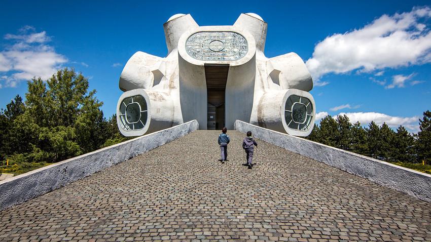 Macedonia del Norte, Kruševo, Monumento a  los Partisanos de Macedonia. Diseñado por Jordán e Iskra Grabuloska.