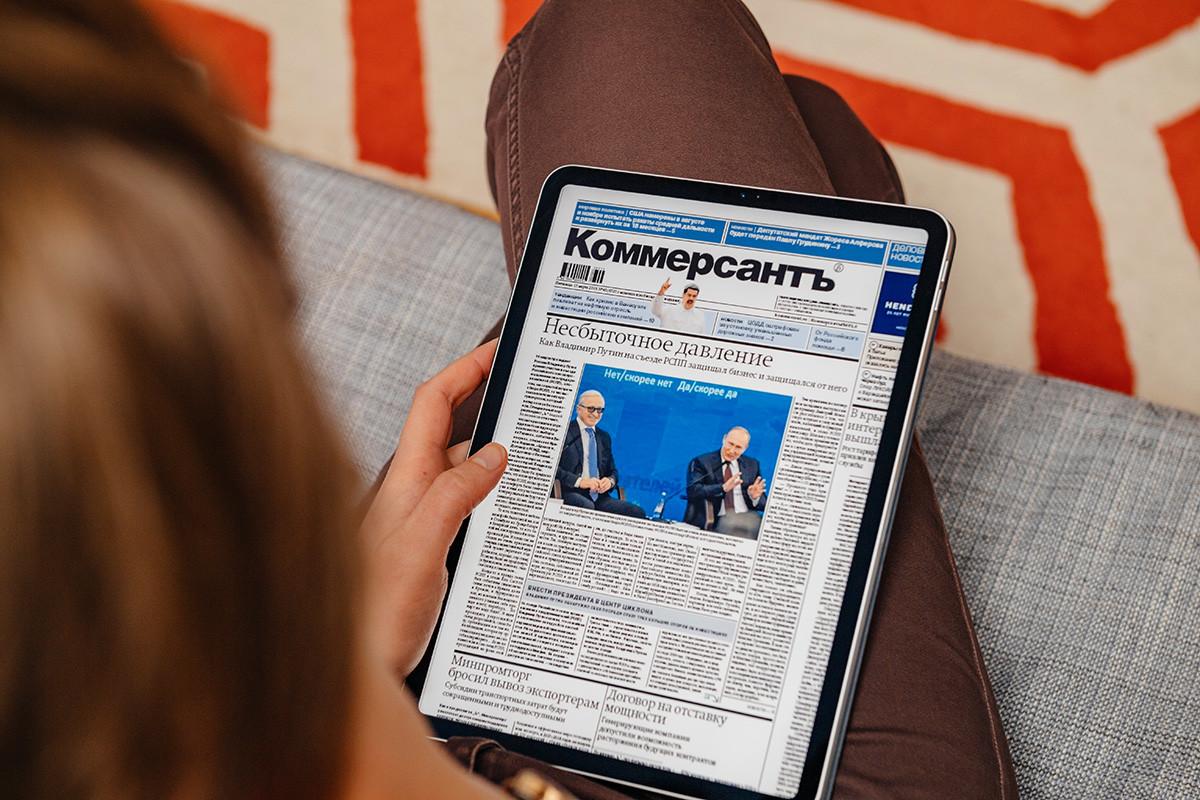 Un article du journal Kommersant, lu sur tablette