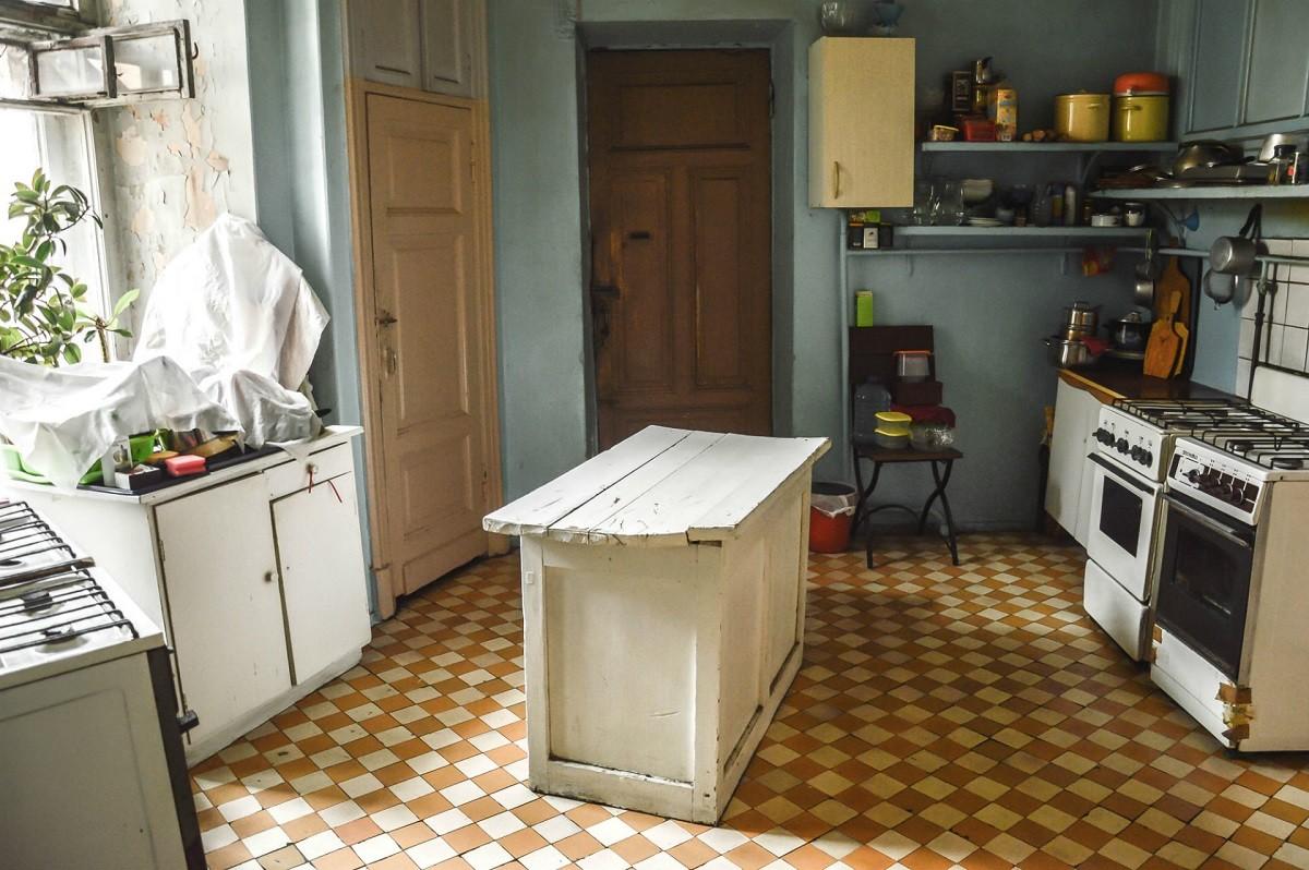 L'une des deux cuisines de notre appartement communautaire, resté dans son jus depuis de nombreuses décennies