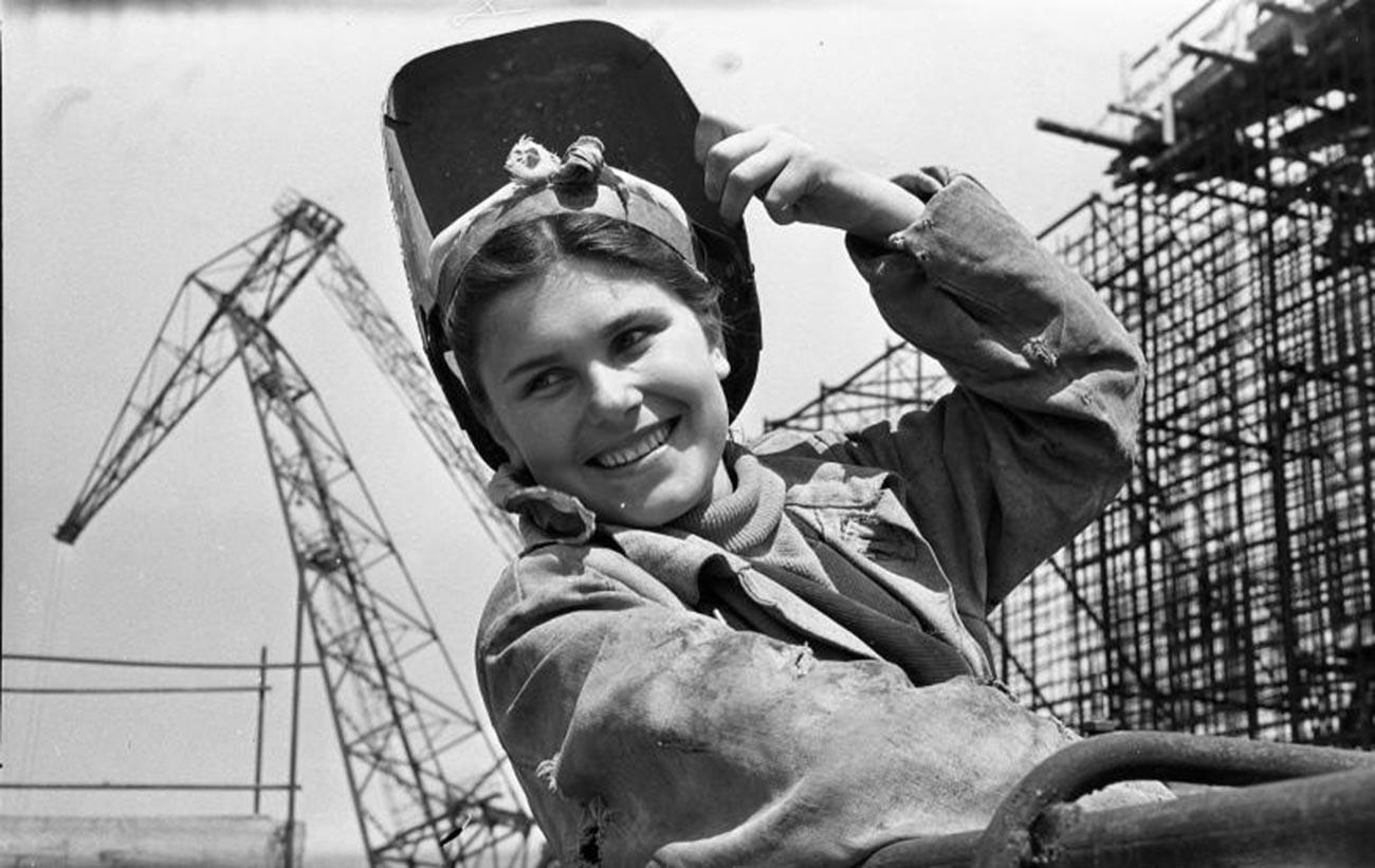 Жена-електрозаварувач, педесеттите години од минатиот век.