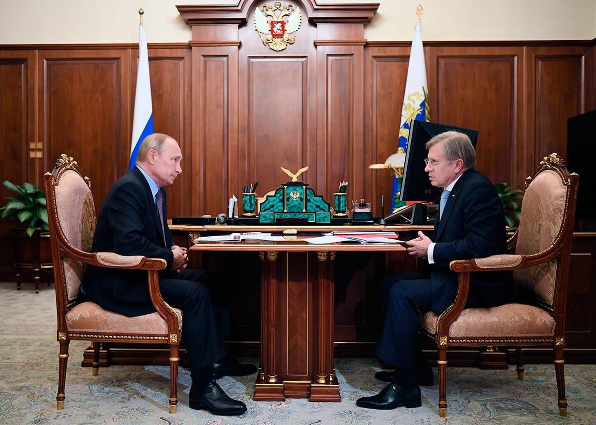 Presiden Rusia Vladimir Putin saat mengadakan pertemuan dengan CEO Aeroflot Vitaly Savelyev.
