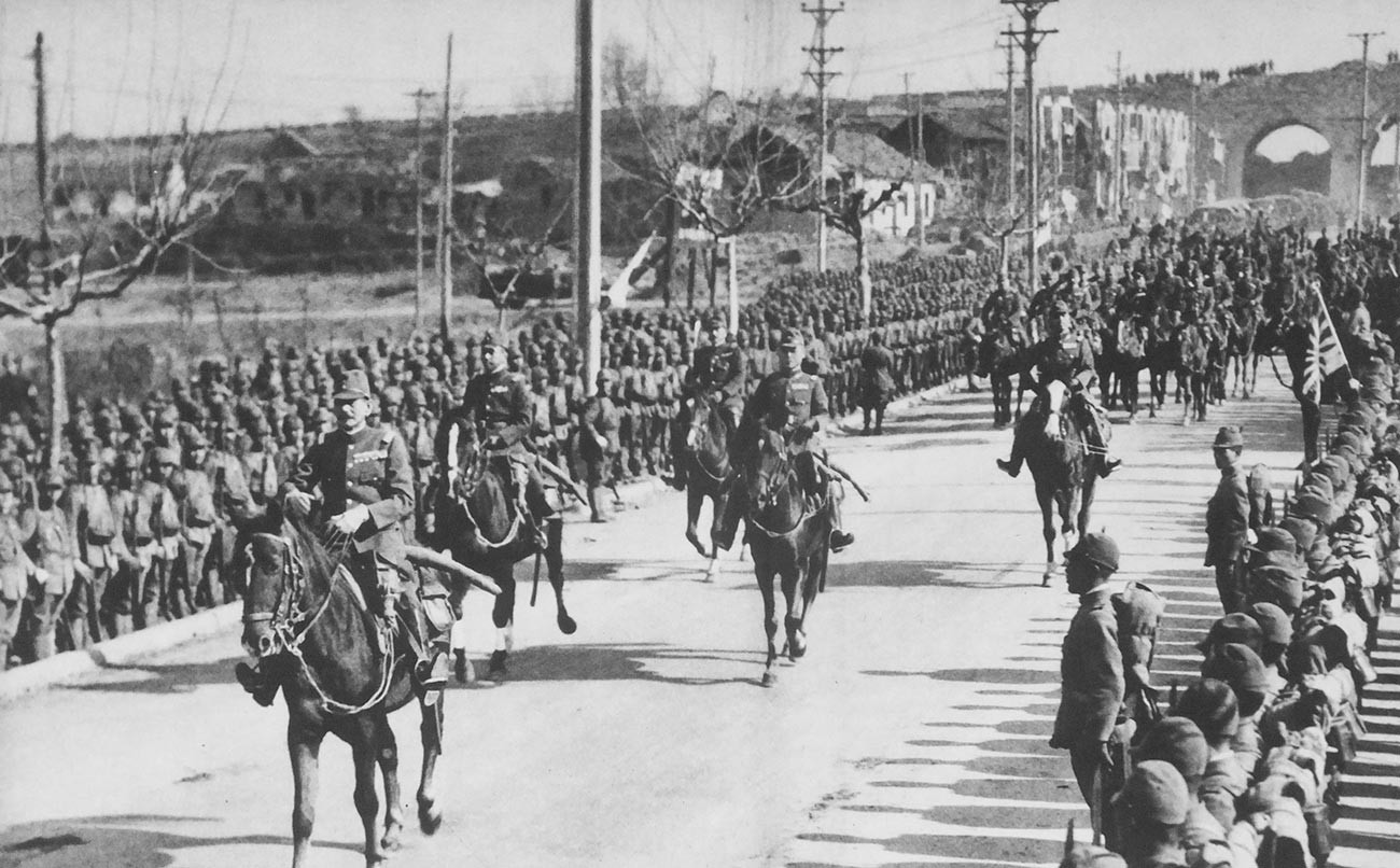 Tentara Kekaisaran Jepang berbaris memasuki Nanking, 13 Desember 1937.