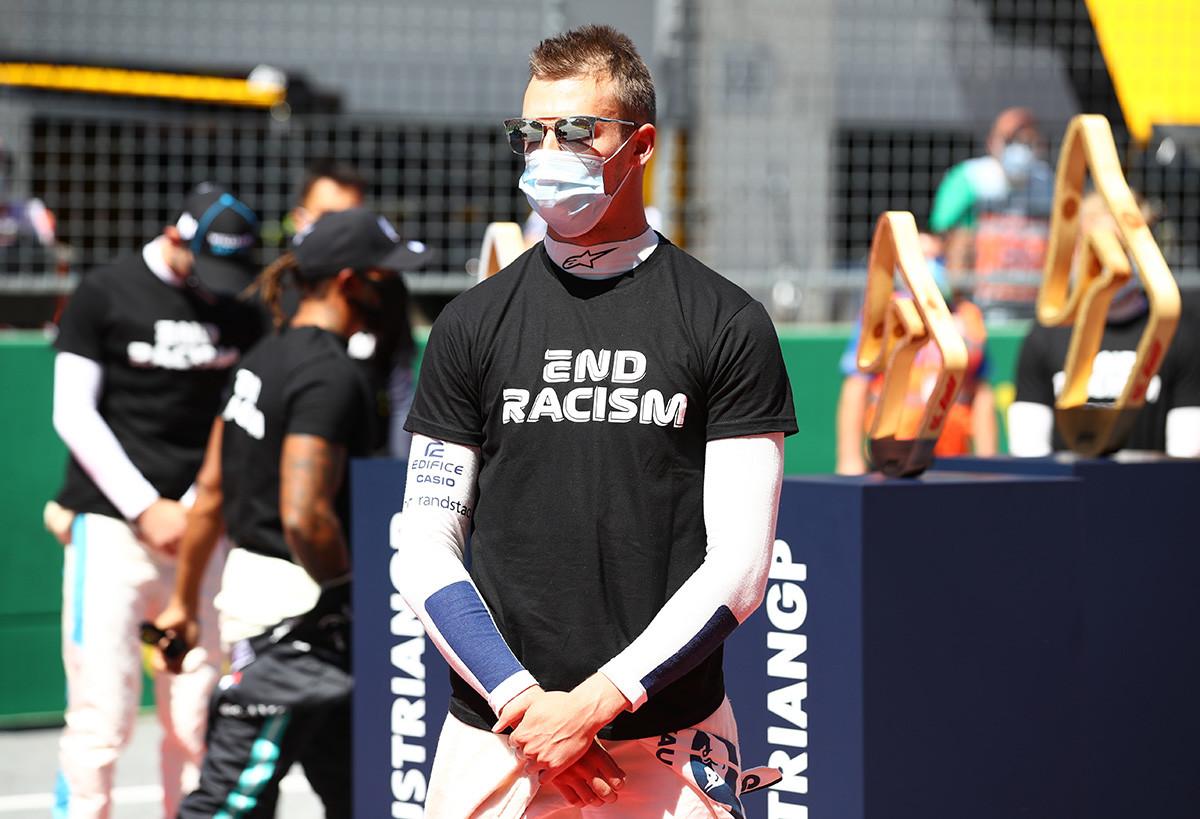 "Pembalap Rusia dari tim AlphaTauri Daniil Kvyat mengenakan kaus bertuliskan ""AKHIRI RASIALISME"" di selama balapan F1 GP Austria pada 5 Juli 2020 di Spielberg, Austria."