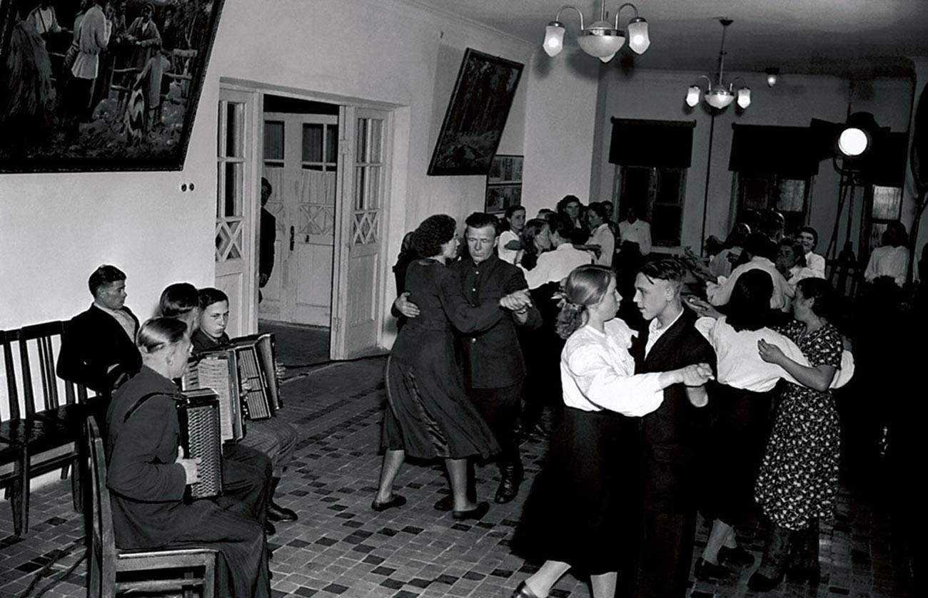 Дом культуры. Танцы.