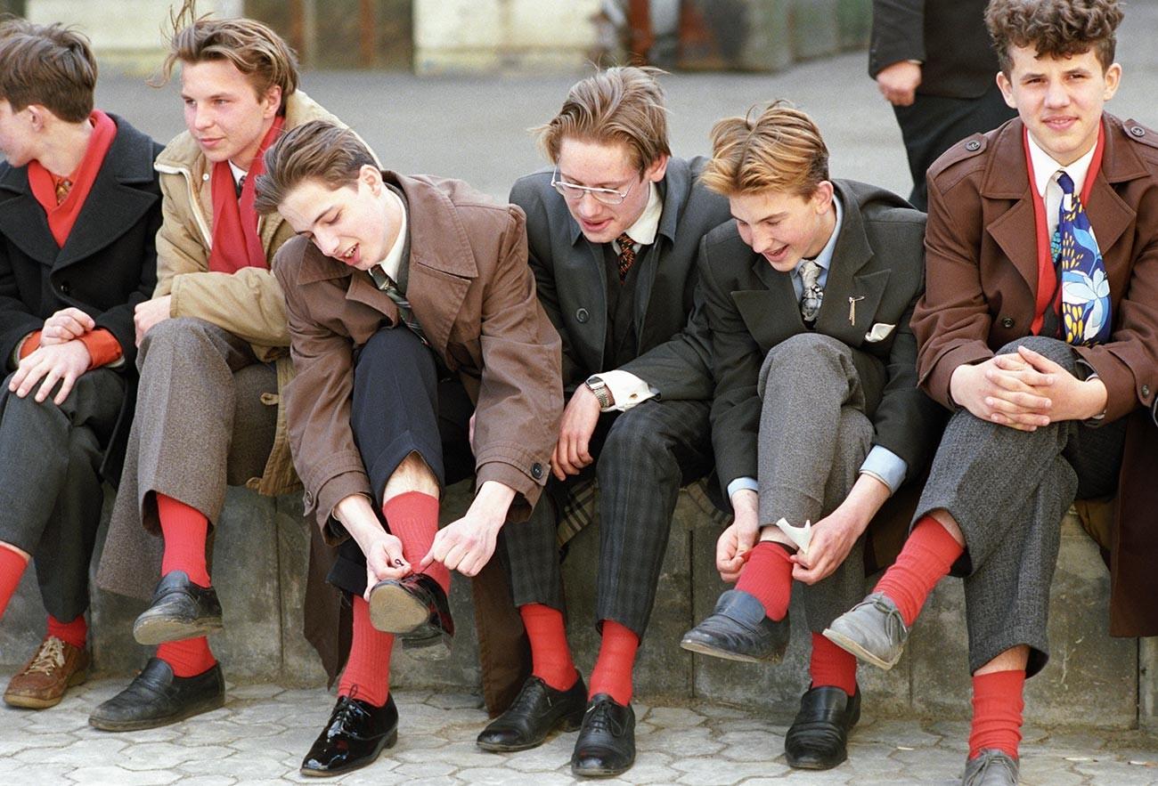 Молодежь готовится к танцам.