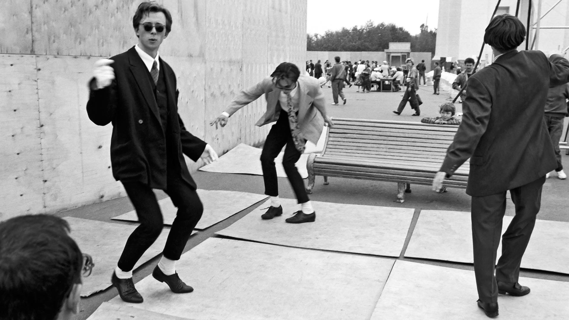 Московские стиляги танцуют твист.