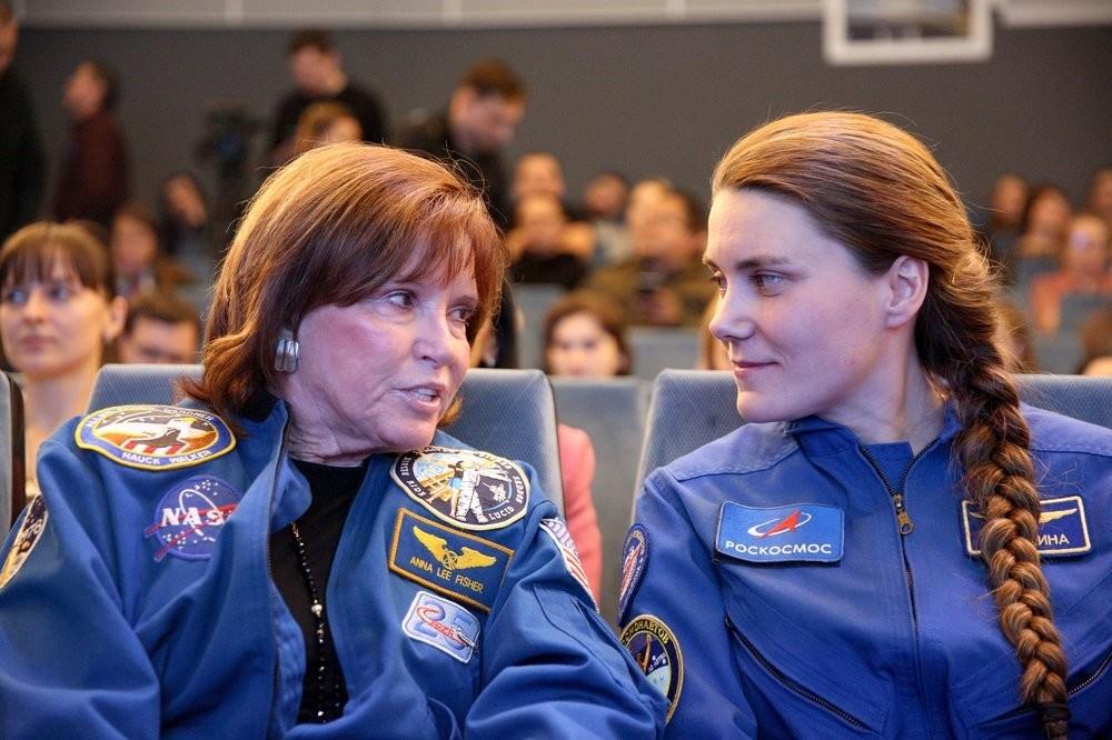 Astronauta da Nasa Anna Lee Fischer (à esq.) e a cosmonauta Anna Kikina durante reunião no Museu da Cosmonáutica