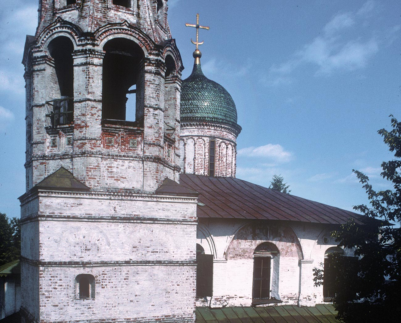 Yaroslavl. Church of St. Nicholas Nadein. West view, upper tier with bell tower. July 27, 1998