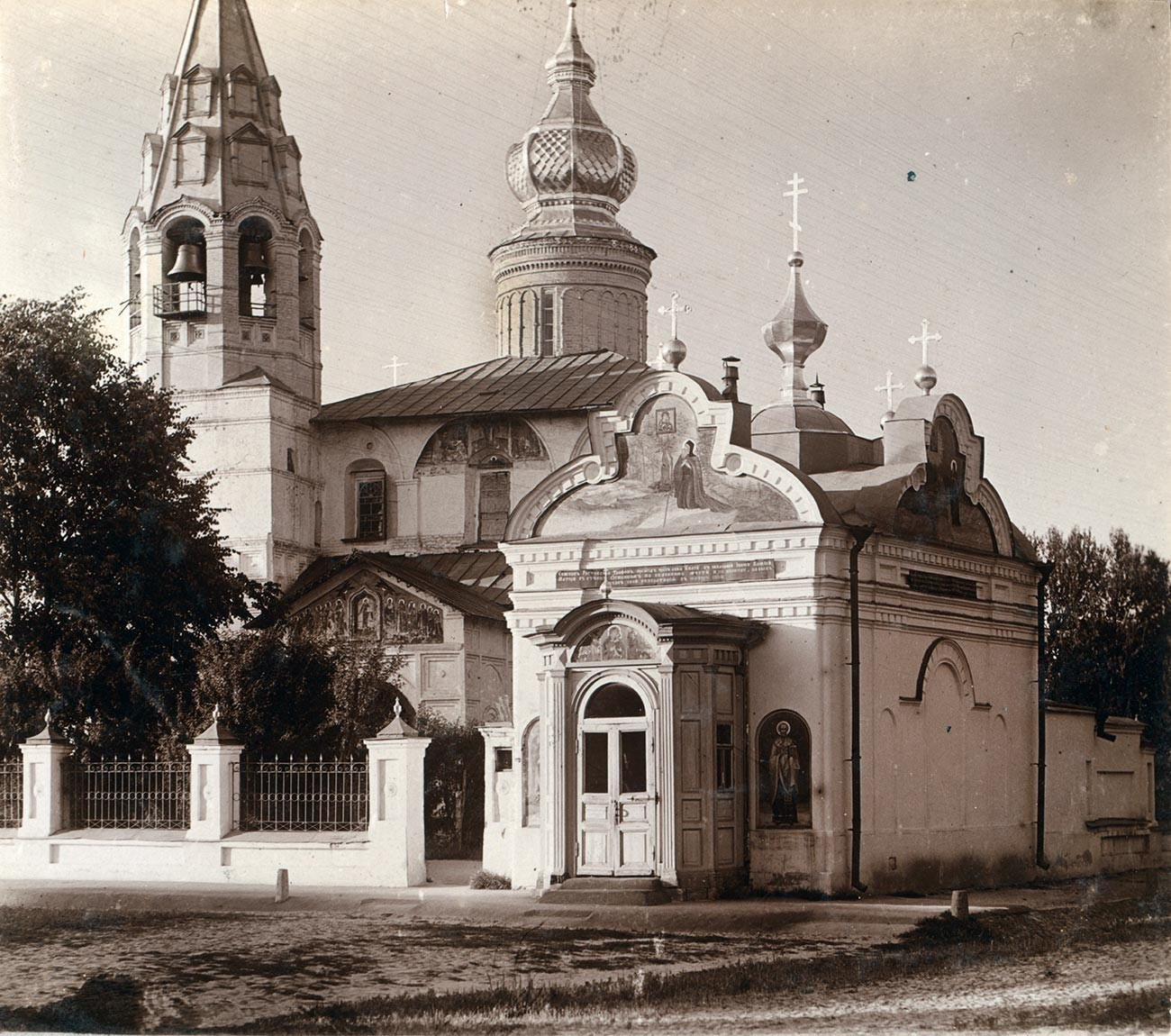 Church of St. Nicholas Nadein. Southwest view. Right: Chapel of the Tolg Icon of the Virgin. Summer, 1910