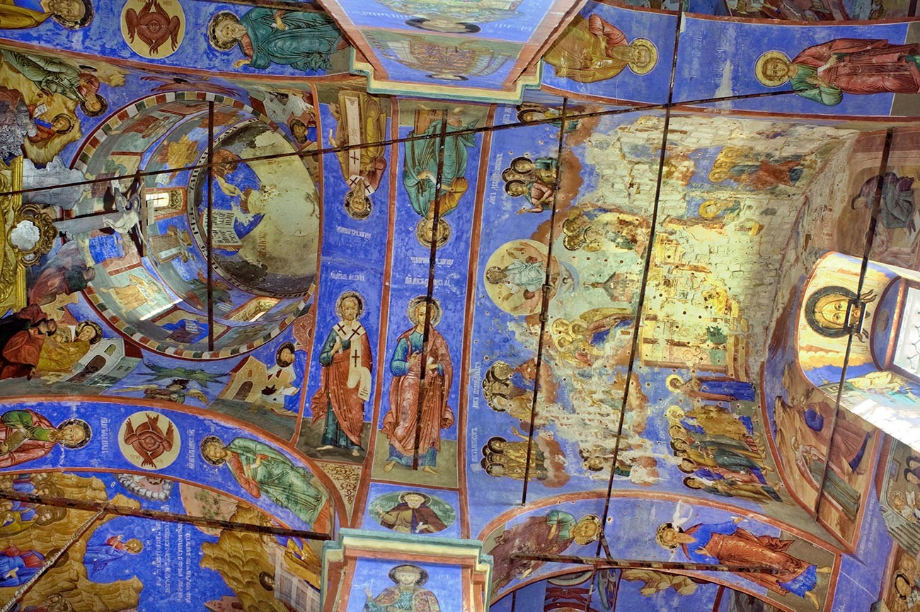 Church of St. Nicholas Nadein. Central dome & crossing (left); central aisle, west bay. 17th-century frescoes