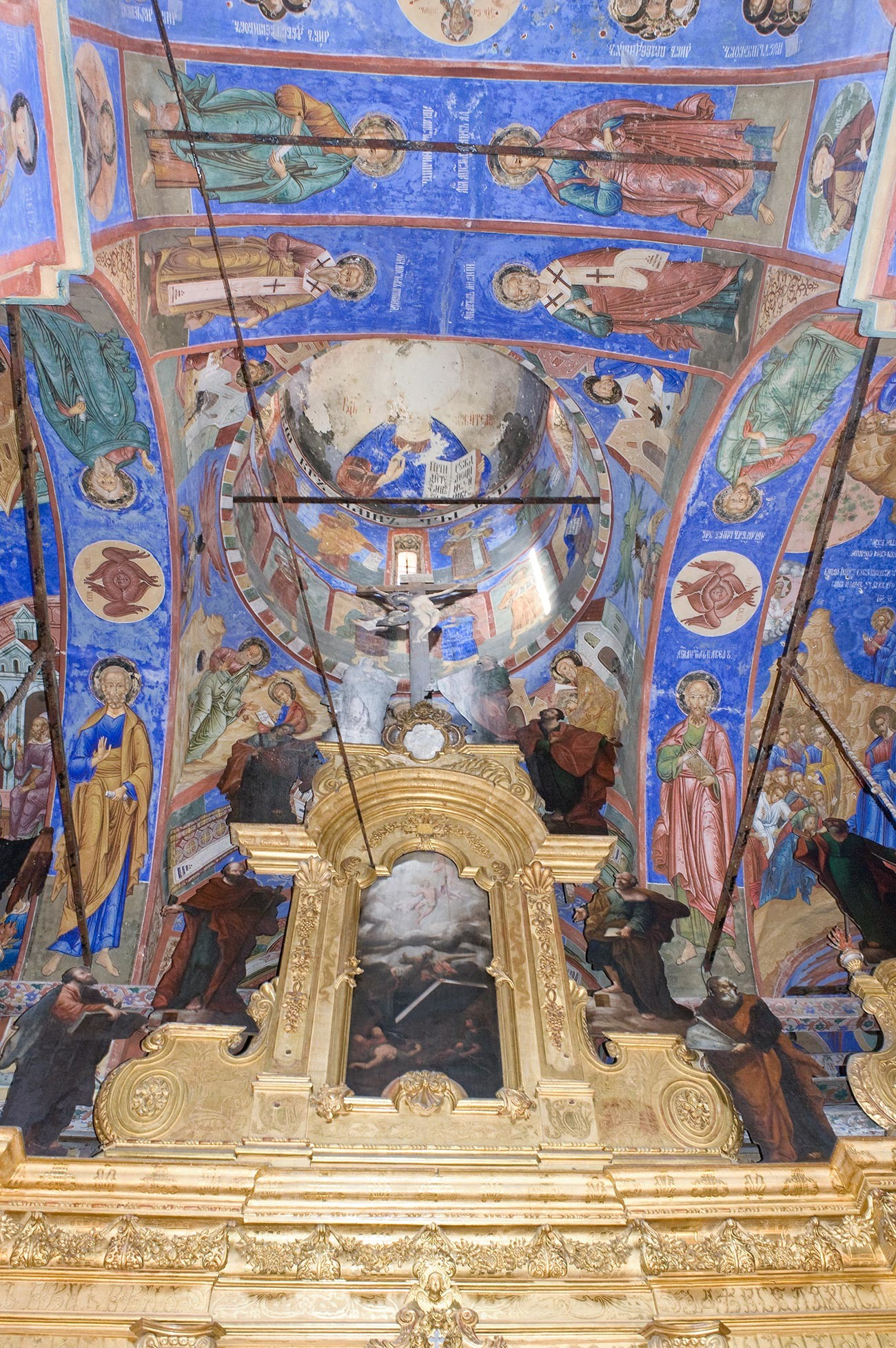 Church of St. Nicholas Nadein. Icon screen, upper tier with icon of Transfiguration. Above: central crossing & dome (image of Christ Pantocrator damaged). August 15, 2017