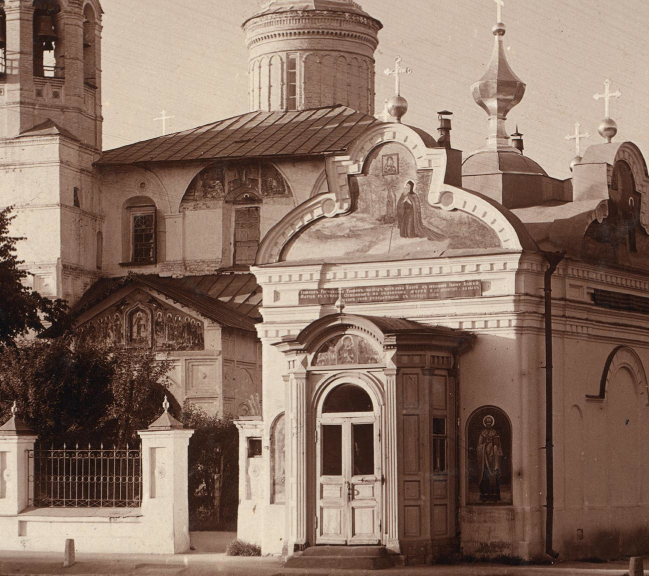 Chapel of the Tolg Icon of the Virgin (demolished early 1930s). Background: Church of St. Nicholas Nadein. Summer, 1910