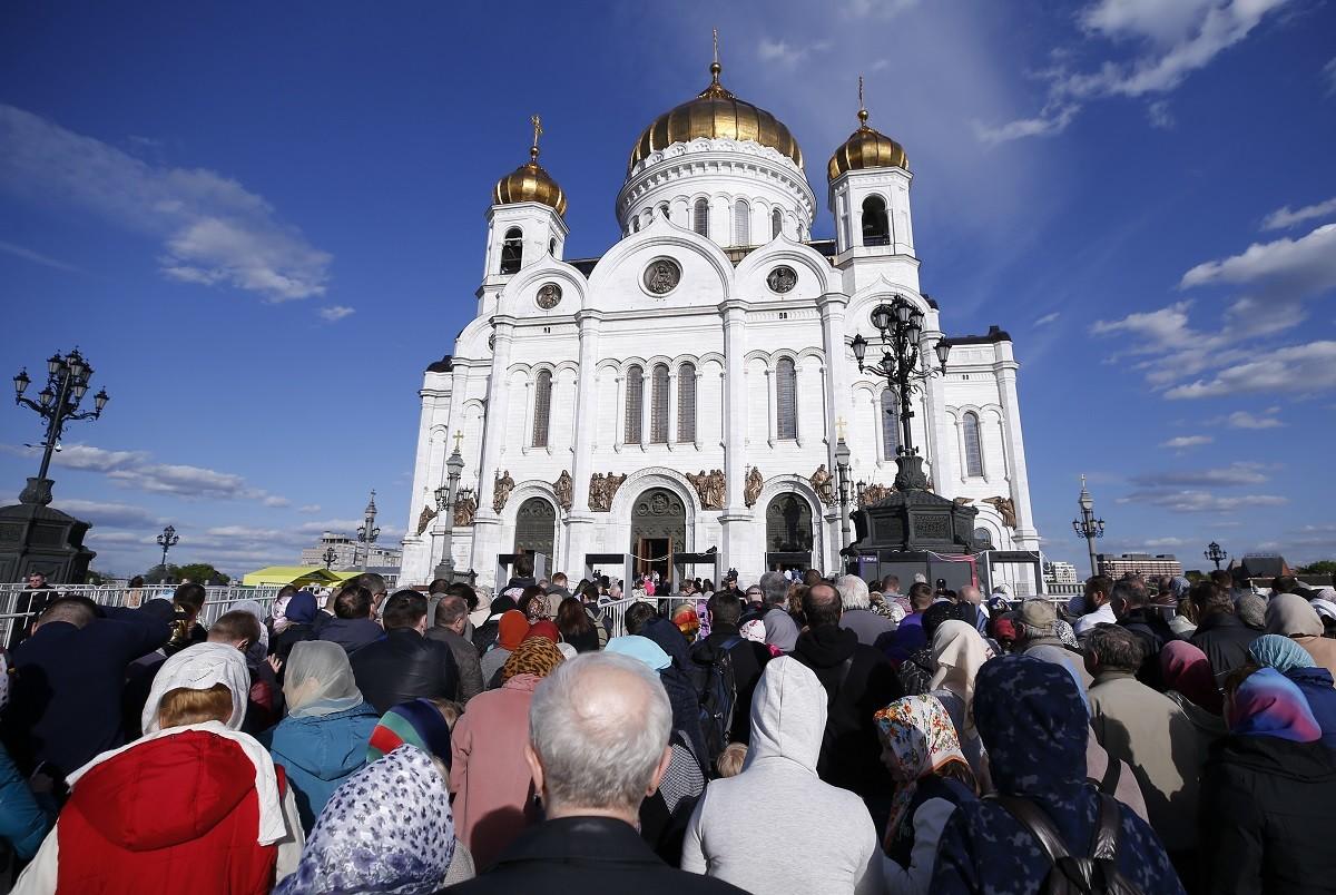Foule devant la cathédrale du Christ-Sauveur lors de la venue des reliques de saint Nicolas