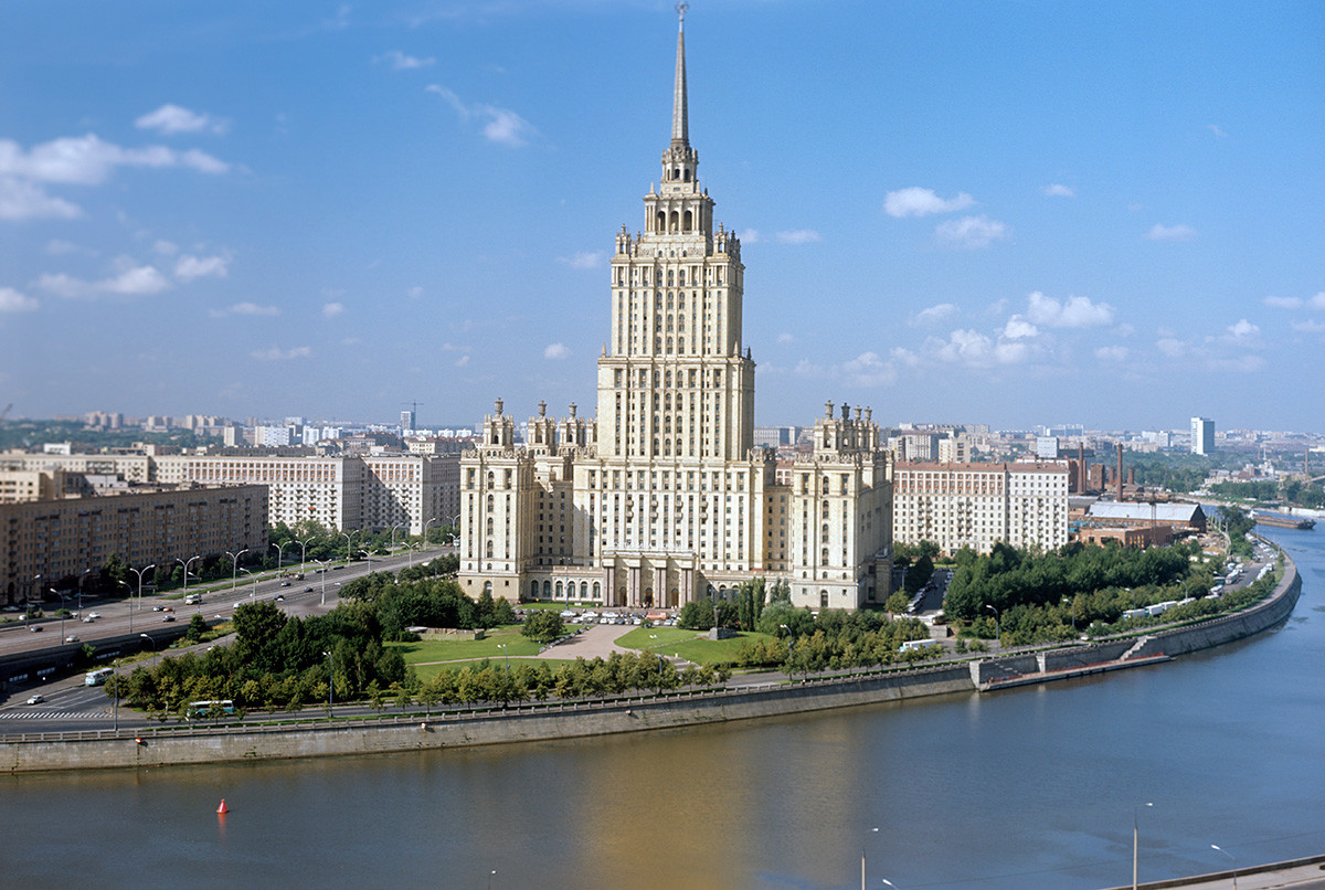Pogled na zgradbo hotela Ukrajina v Moskvi