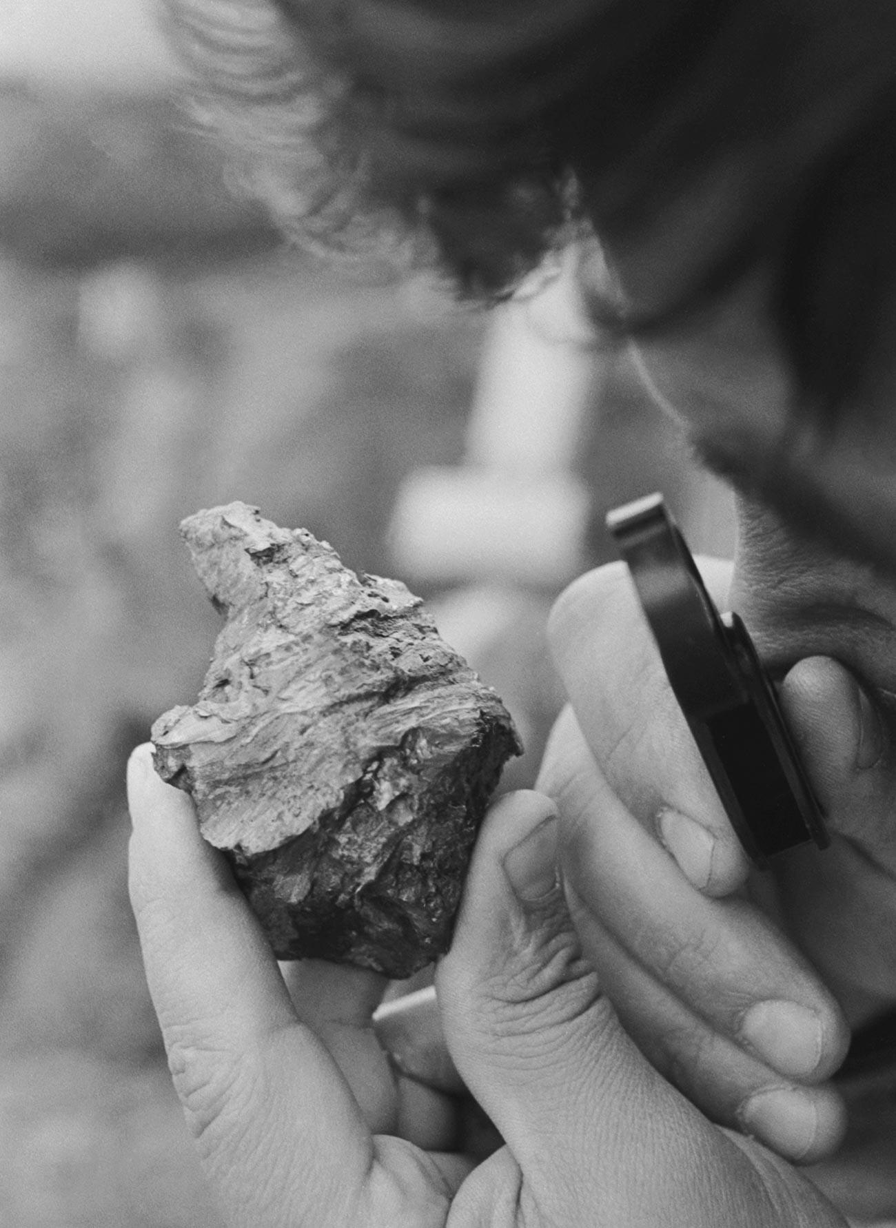 Seorang ilmuwan memeriksa pecahan meteorit Sterlitamak, 1990.