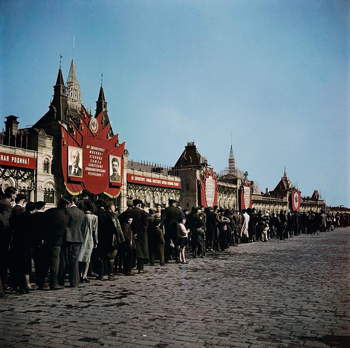 Besucher auf dem Roten Platz, Moskau, 1947