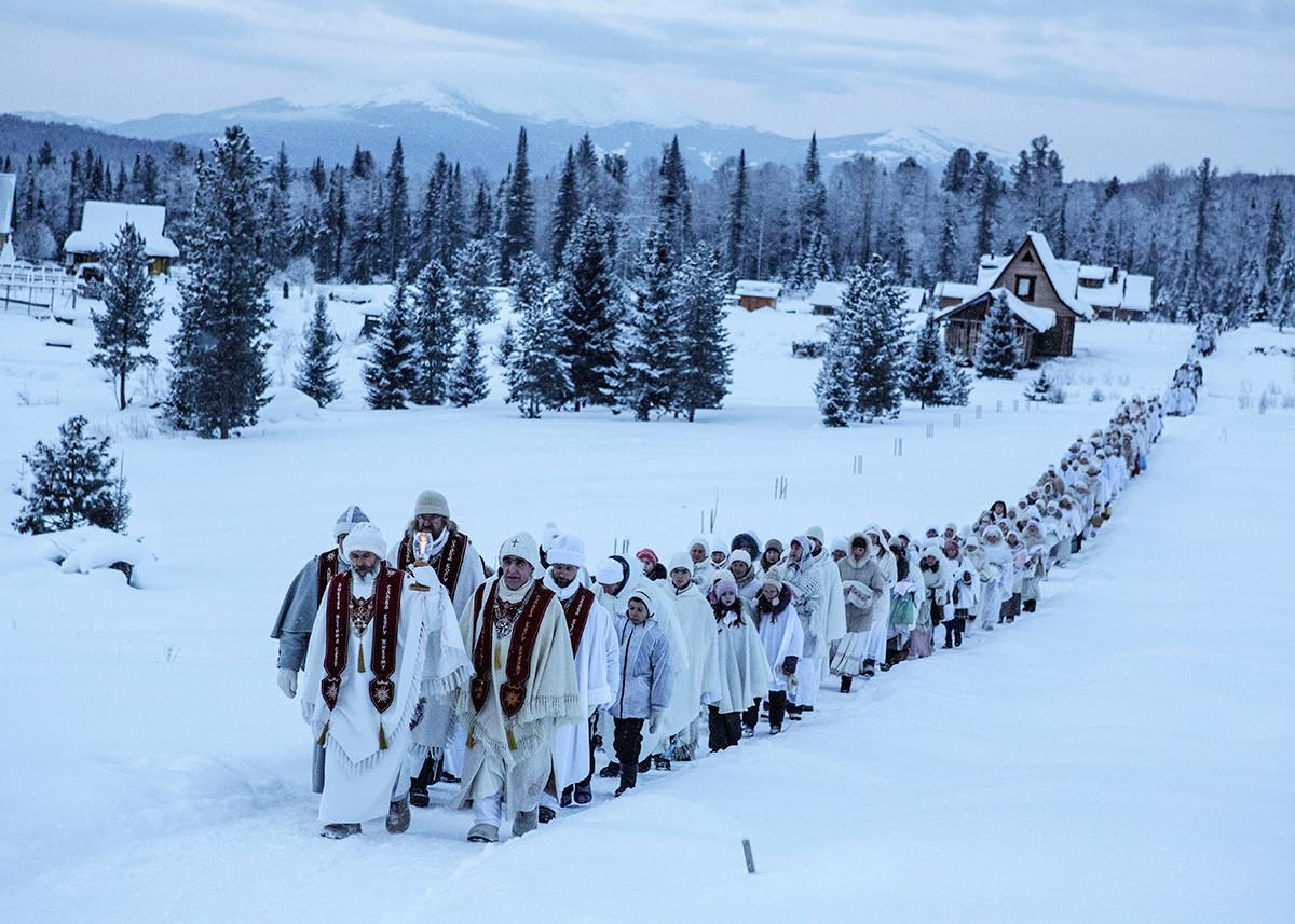 Anhänger der Vissarion-Sekte während einer Weihnachtspilgerreise, Region Krasnojarsk 2015