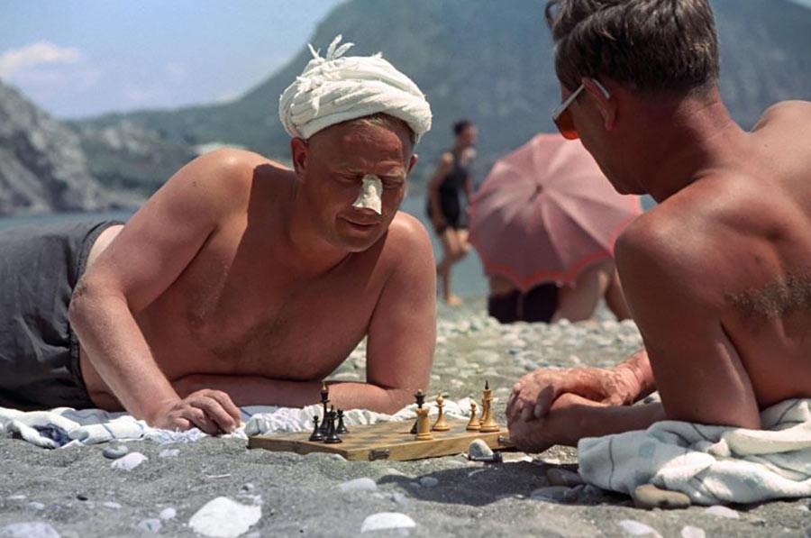 Schachspieler an einem Strand auf der Krim