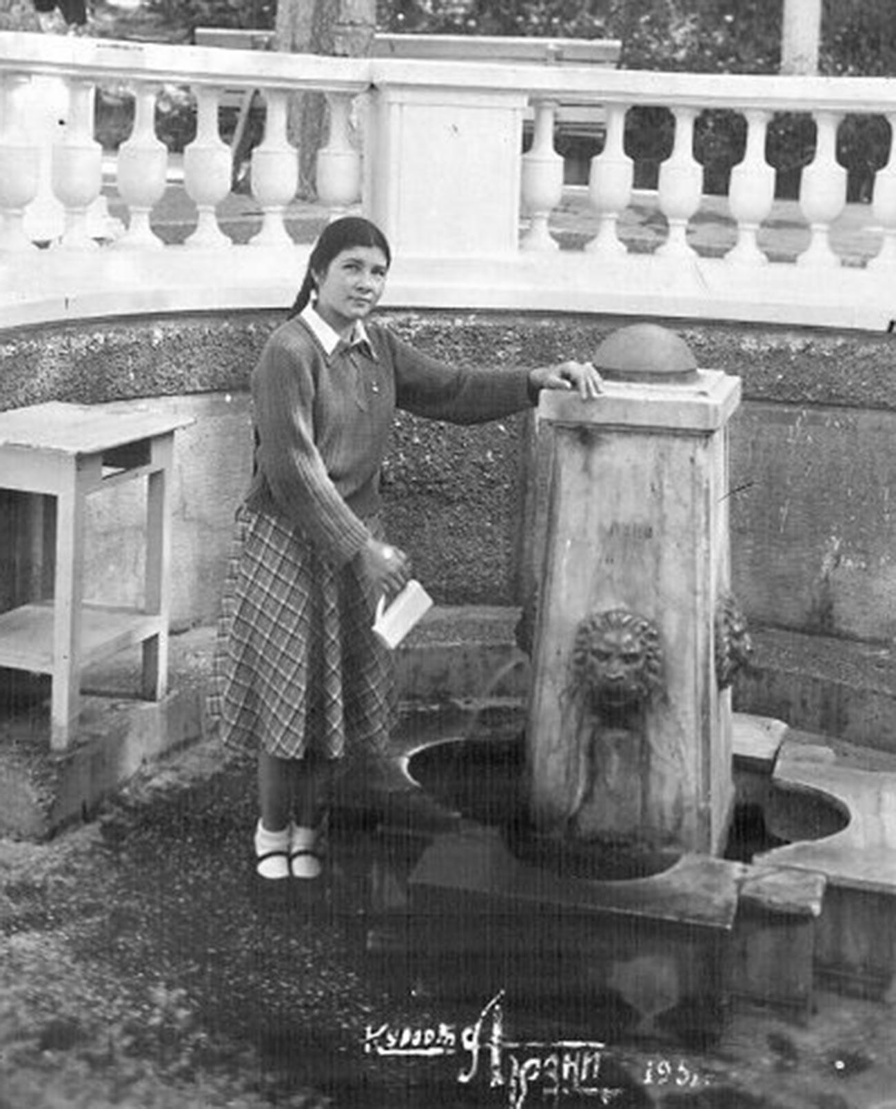 Une femme à la station balnéaire d'Arzni, en RSS d'Arménie, en 1951