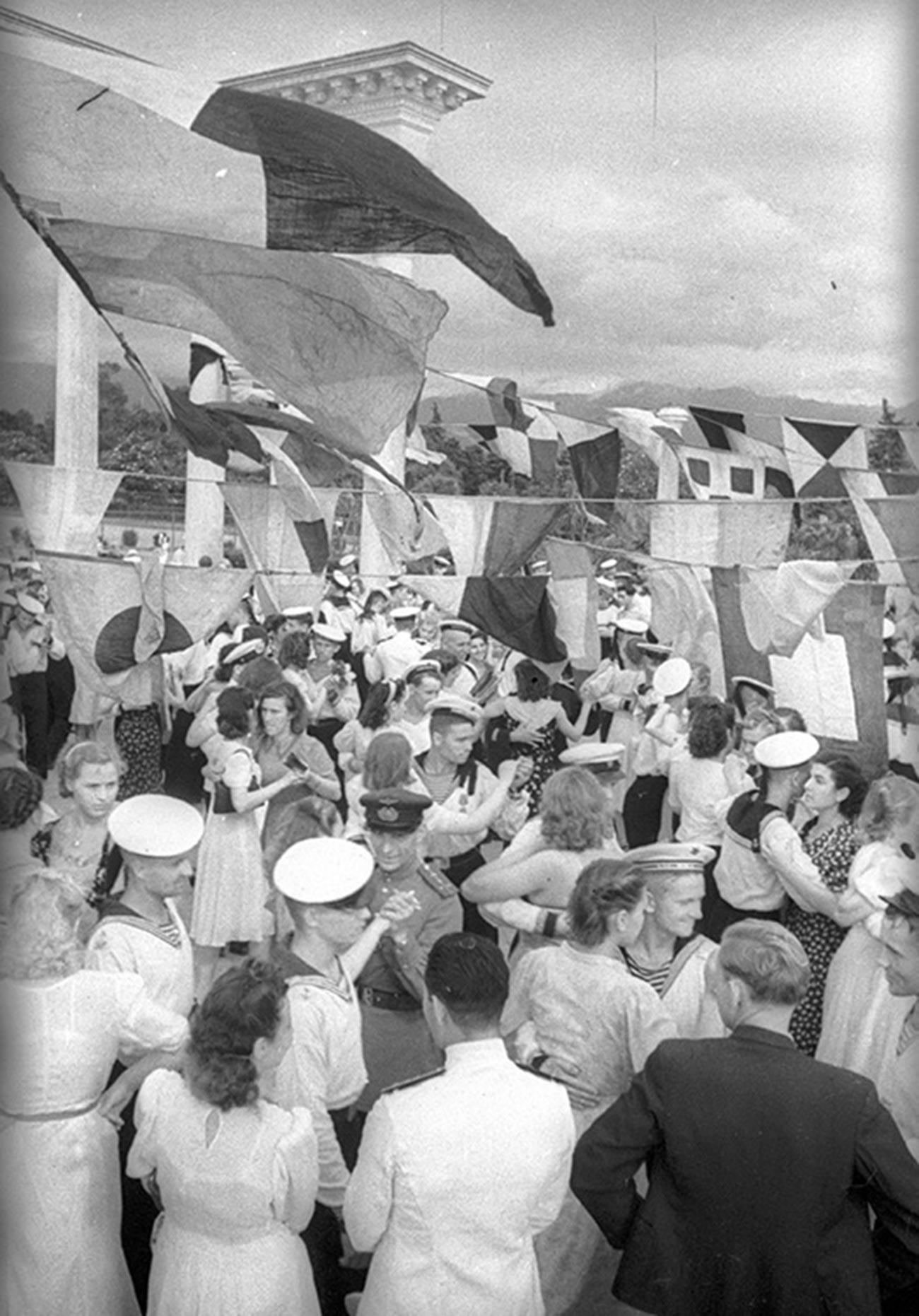 Marins dansant avec de jeunes femmes en Géorgie, en 1944