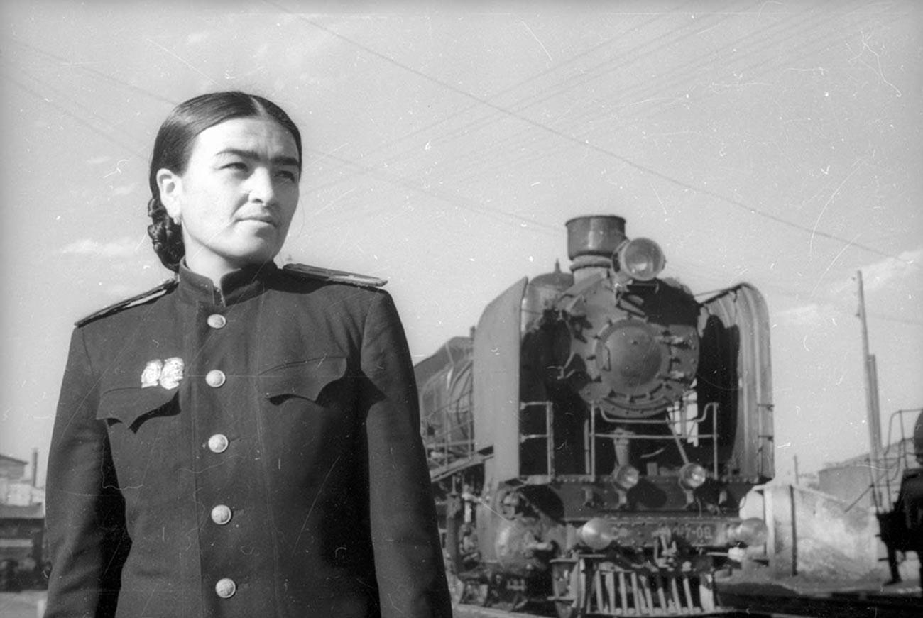 Ghulam Gasanova, ingénieure en locomotives, en 1943