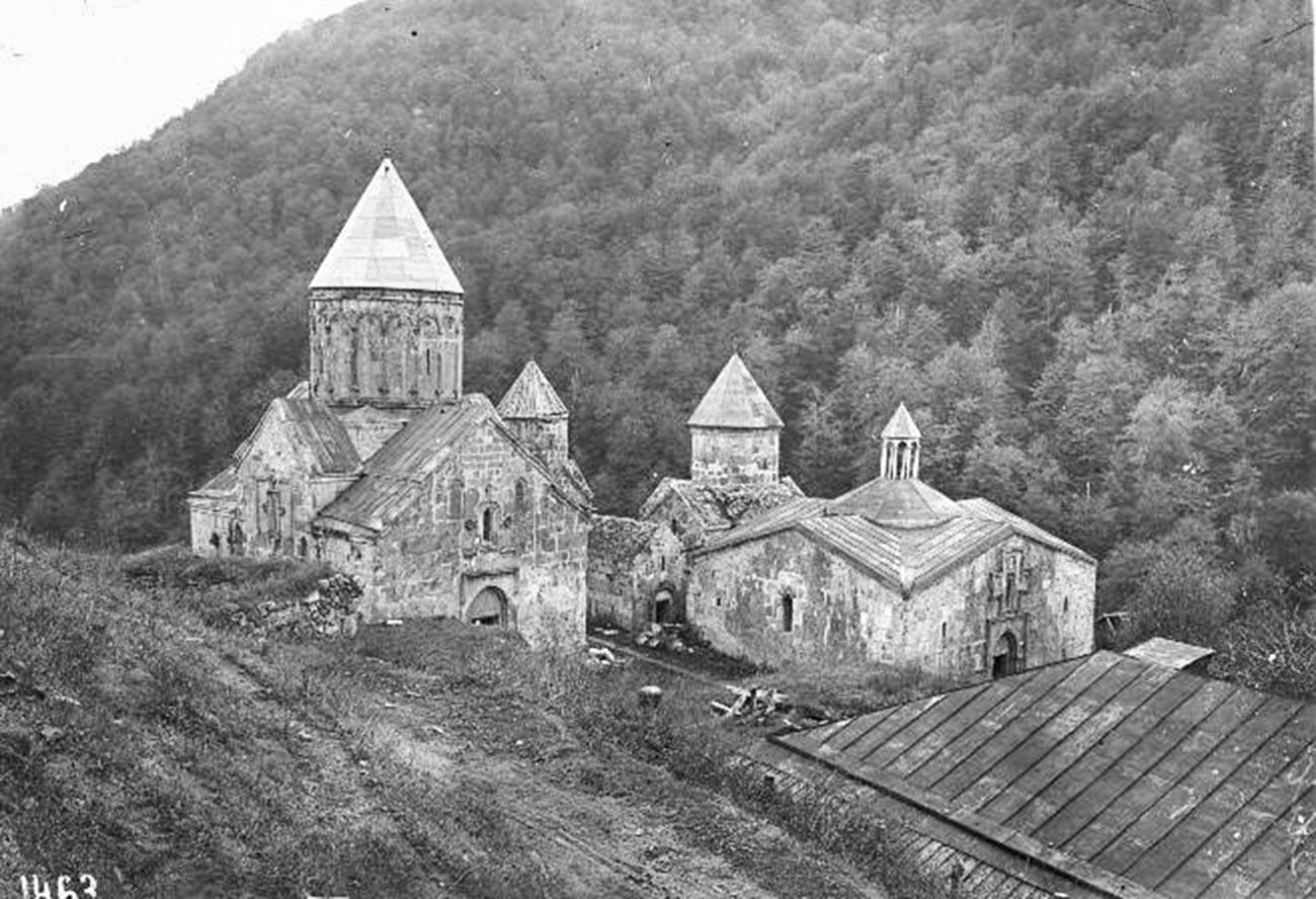 Alors que les villes sont parsemées de monuments soviétiques, les monastères anciens dominent dans les montagnes.