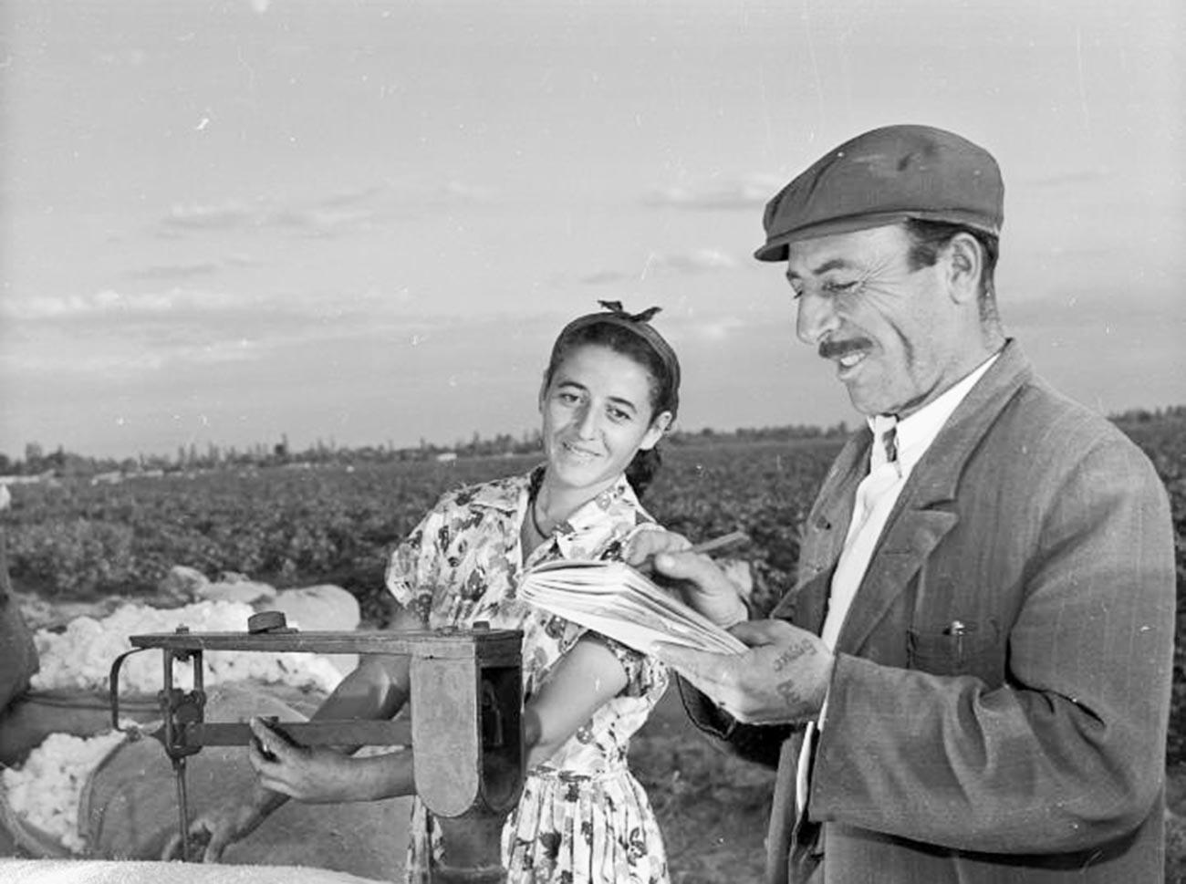 Des kolkhoziens arméniens pesant les récoltes de coton en 1955-1965