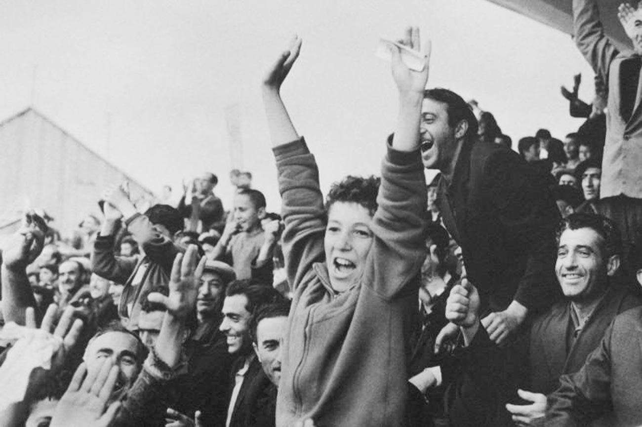 Supporters dans un stade d'Arménie dans les années 60