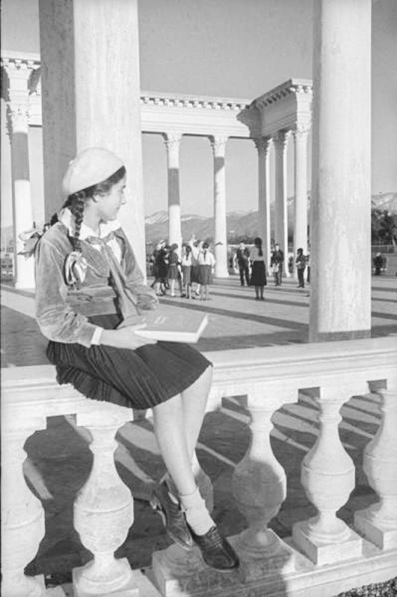 Jeune fille à Batoumi, sur le littoral géorgien, en 1938