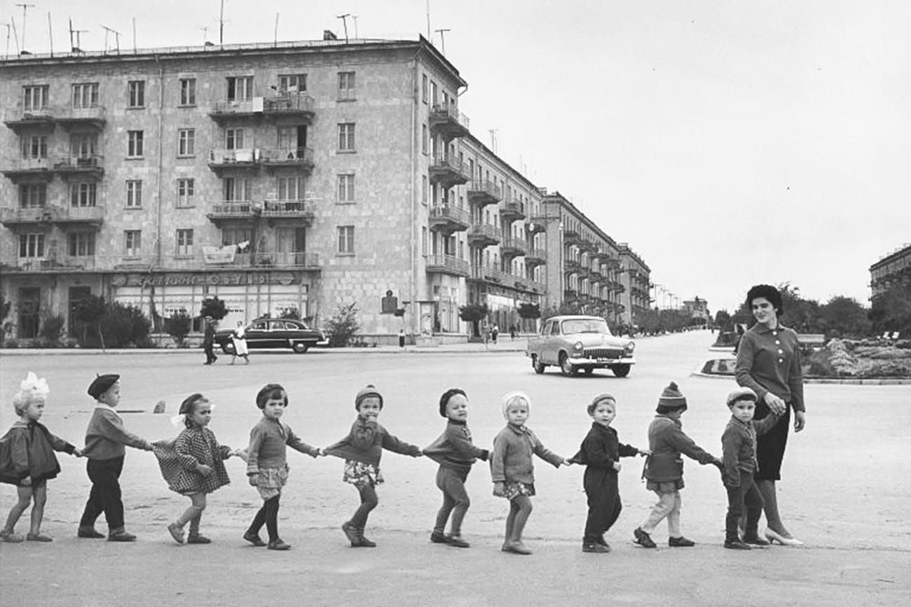Des enfants traversant une rue à Sumqayıt, en Azerbaïdjan, en 1959
