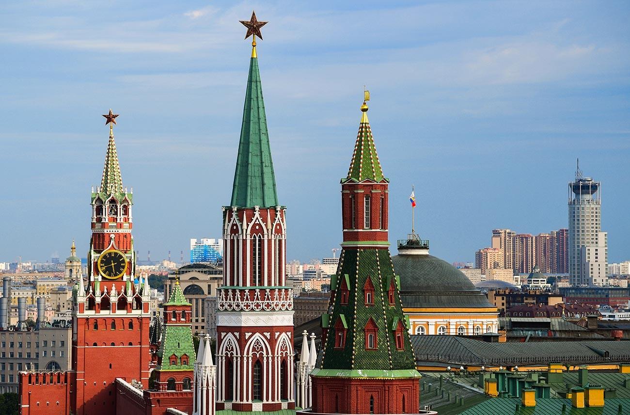 Куле Московског кремља. Слева надесно: Спаска, Никољска, Угаона Арсеналска.
