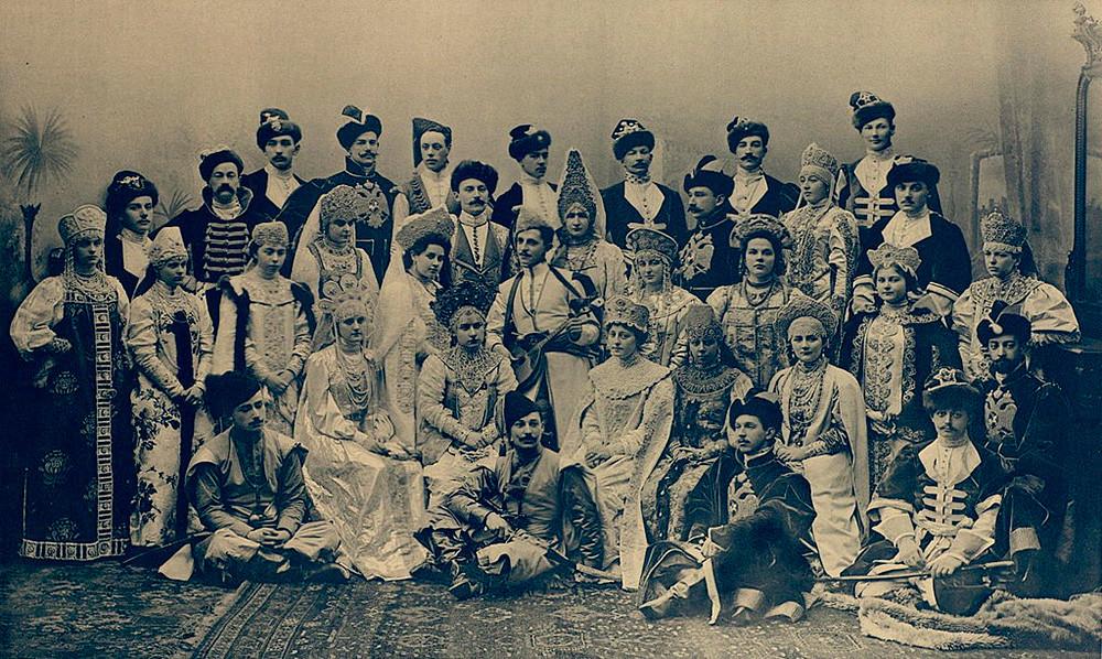 Gli ospiti di una festa imperiale in maschera