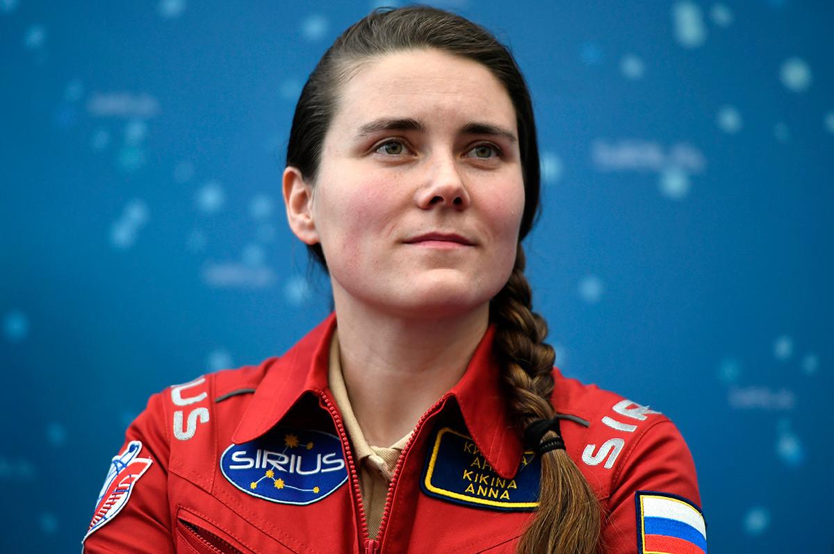 Anna Kikina durante una conferencia de prensa dedicada al experimento terrestre de simulación del vuelo a la luna SIRIUS-17 en Moscú.