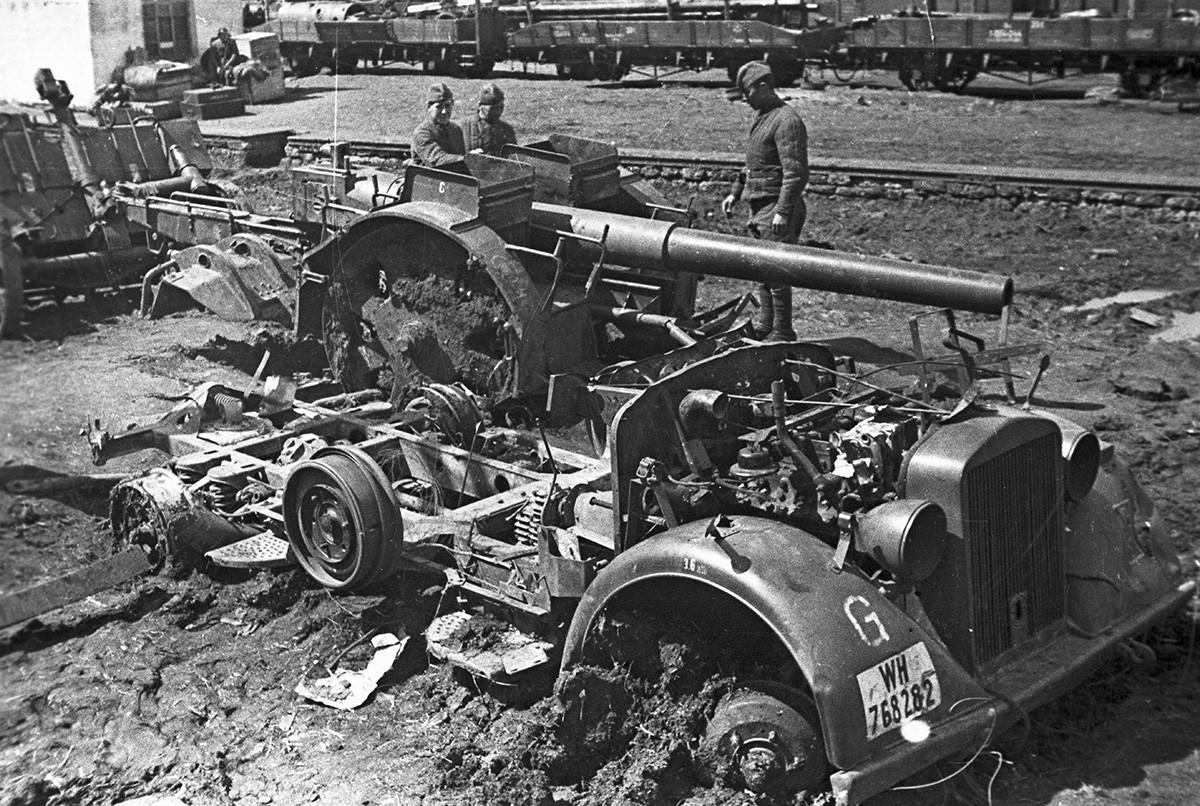 Des soldats soviétiques près d'un véhicule allemand abandonné près de la ville de Toula
