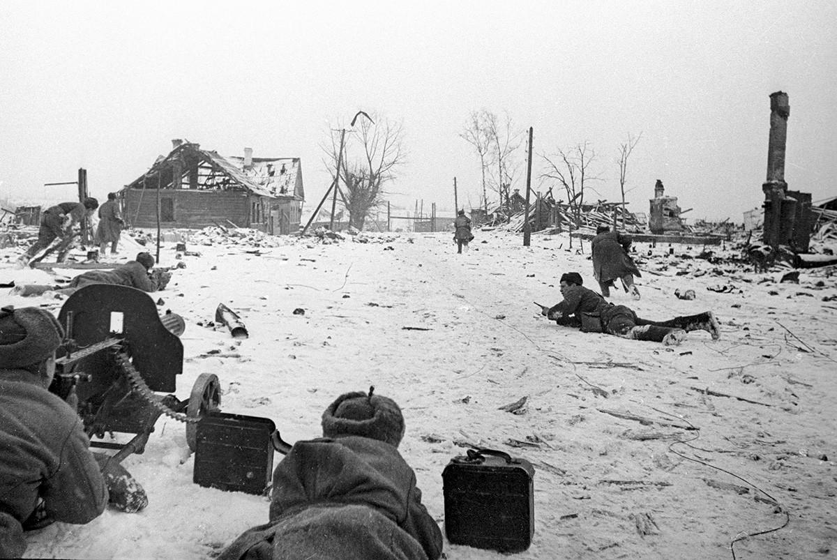 Борци Црвене армије у окршају у околини града Велике Луке.