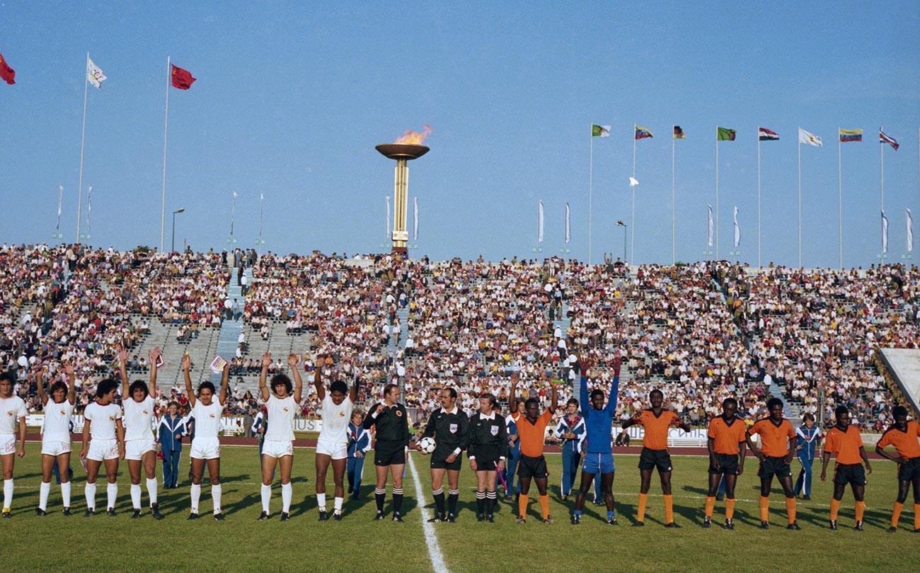 XXII Олимпийски игри, Ленинград, 25 юли 1980 година. Националните отбори на Венецуела и Замбия преди мача