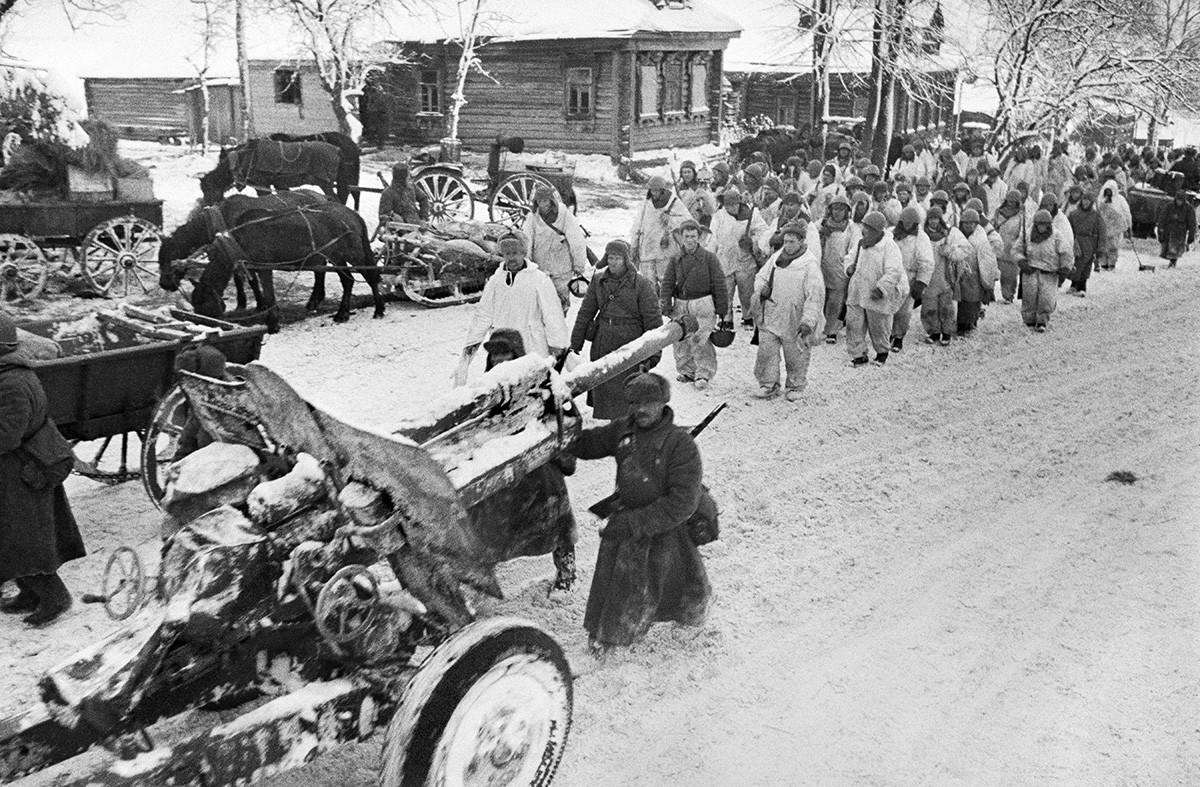 Slom njemačko-fašističkih trupa kod Moskve. Početak kontraofenzive Crvene armije. Sovjetske trupe u oslobođenom selu. 6. prosinca 1941.