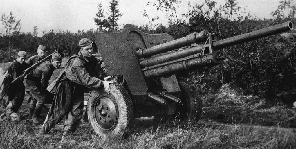 Artiljerci na polaznim položajima u borbama kod Rževa 1942. godine.
