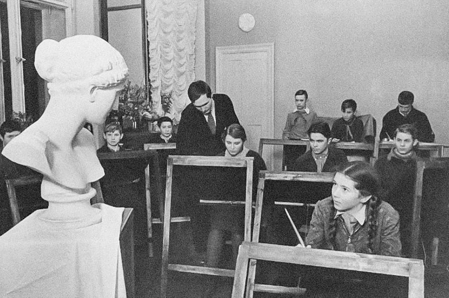 Aulas de desenho na Casa dos Pioneiros de Moscou, década de 1930.