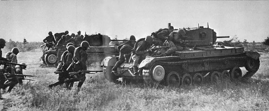 Sovjetki vojaki med prodorom ob kritju tankov. Kalininska fronta
