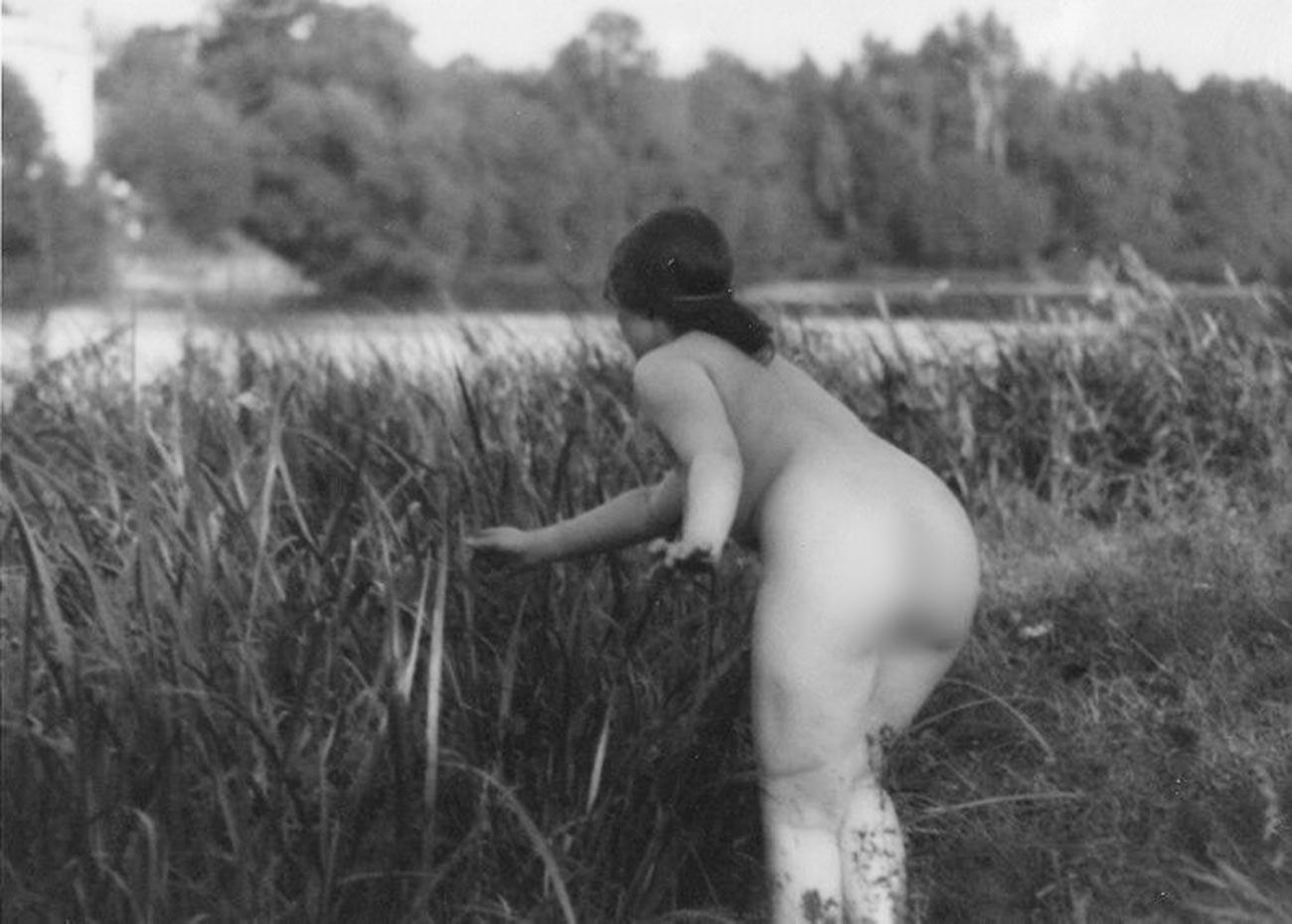 Gola ženska, dvajseta leta 20. stoletja