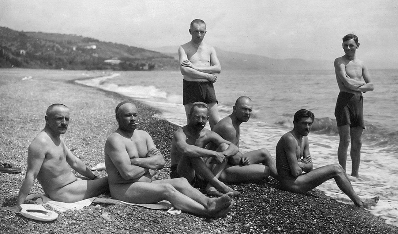 裸で過ごす「プロレタールスカヤ・ポベダ」工場の労働者たち、クリミアにて。1932年