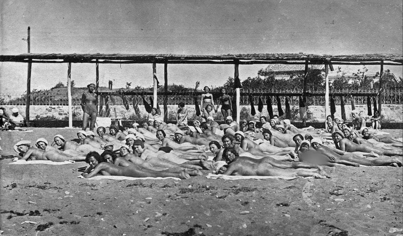 Bain de soleil dans une station balnéaire de Crimée, en 1933