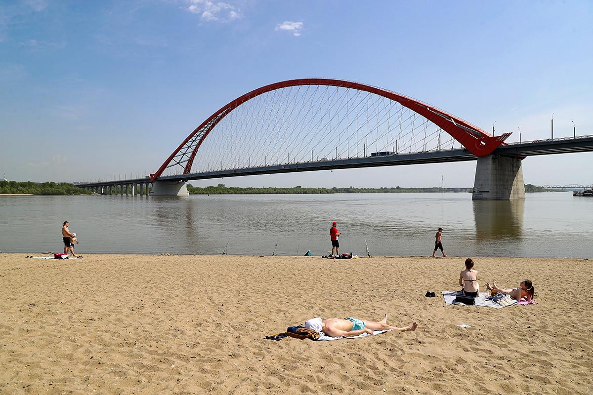 Новосибирск, Русия - 13 май 2020 г.: Хора на градския плаж