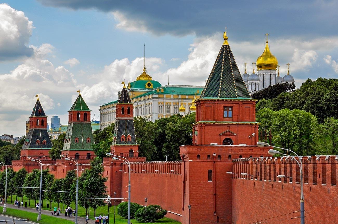 Muralhas e torres do Kremlin de Moscou